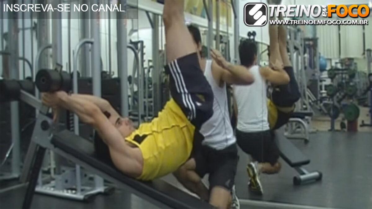abdominal_infra_banco_inclinado_movimento_treino_em_foco