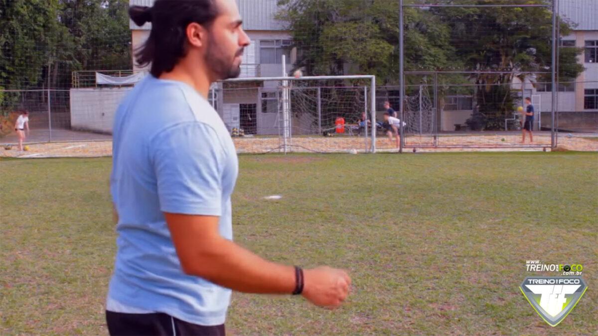 chute_no_travessão_treino_em_foco_atividades_fisicas_lúdicas_futebol