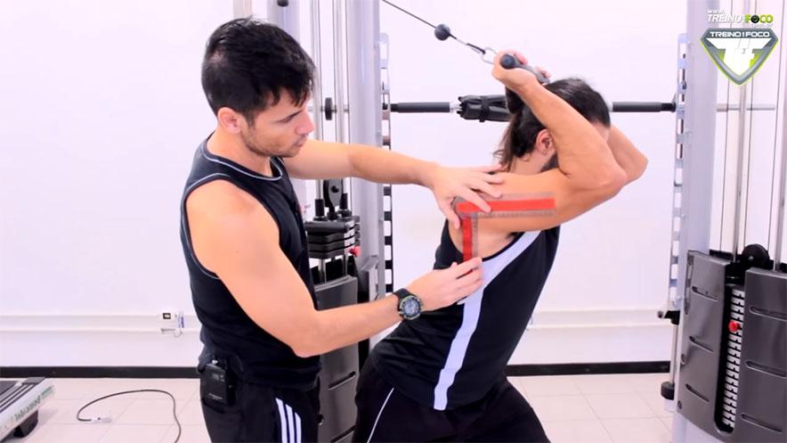 treino_em_foco_análise_de_exercício_tríceps_na_polia_de_costas